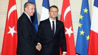 Párizs, 2018. január 5. A hivatalos látogatáson Franciaországban tartózkodó Recep Tayyip Erdogan török államfõ (b) és Emmanuel Macron francia elnök kezet fog a megbeszélésüket követõ sajtótájékoztatón a párizsi államfõi rezidencián, az Elysée-palotában 2018. január 5-én. (MTI/EPA/AFP pool/Ludovic Marin)