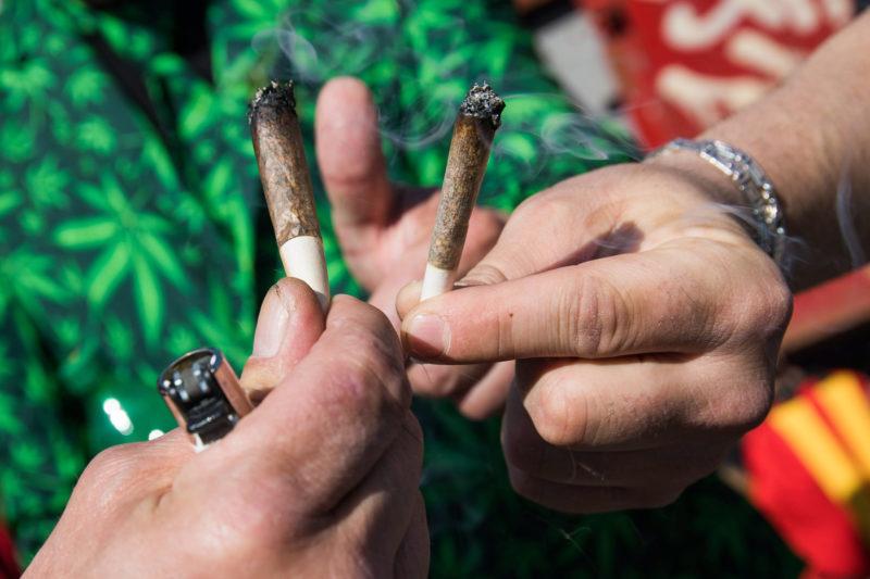 Koppenhága, 2017. május 6.Marihuánás cigaretták az indiai vadkender legalizásáért évente rendezett nemzetközi Cannabis Felvonuláson Koppenhágában 2017. május 6-án. (MTI/EPA/Martin Sylvest)