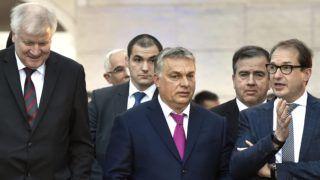 Seeon, 2018. január 5. Orbán Viktor miniszterelnök (k), Horst Seehofer bajor tartományi miniszterelnök (b) és Alexander Dobrindt, a Keresztényszociális Unió (CSU) parlamenti képviselõinek vezetõje (j) a CSU parlamenti képviselõi tanácskozásának második napján tartott sajtótájékoztatón a bajorországi Seeon kolostor udvarán 2018. január 5-én. MTI Fotó: Máthé Zoltán