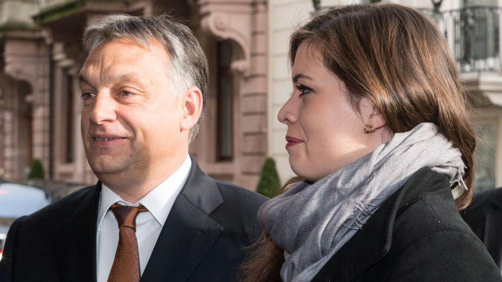 Baden-baden, 2014. november 21.Orbán Viktor miniszterelnök lányával, Sárával megérkezik a Családi Vállalkozásokért Alapítvány (Stiftung Familienunternehmen) rendezvényre a németországi Baden-Badenben 2014. november 21-én. (MTI/EPA/Patrick Seeger)