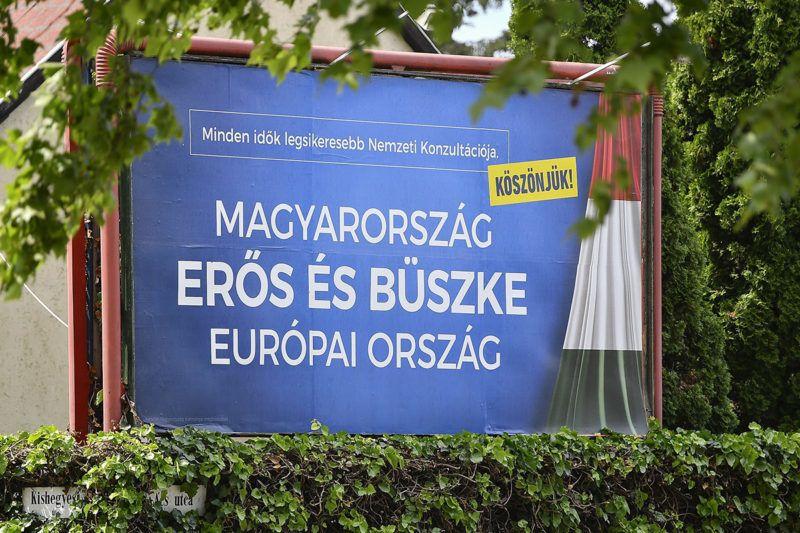 """Debrecen, 2017. június 5.A kormány plakátja Debrecenben, az Ács utca és Kishegyesi út kereszteződésében 2017. június 5-én. A nemzeti konzultáció lezárulását követően köszönő- és eredménykampányt indít a kormány; a köszönőkampány központi üzenete az lesz, hogy """"Magyarország erős és büszke európai ország"""" - írta internetes oldalán a Magyar Idők június elsején.MTI Fotó: Czeglédi Zsolt"""