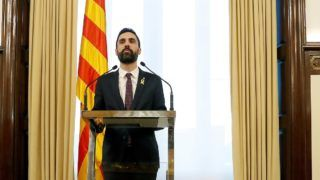Barcelona, 2018. január 30. Roger Torrent, a katalán parlament elnöke rendkívüli sajtótájékoztatót tart Barcelonában 2018. január 30-án, ahol bejelentette, hogy a katalán parlament elhalasztja az elnökválasztást, amelyet a nap folyamán kezdtek volna meg. (MTI/EPA/Andreu Dalmau)