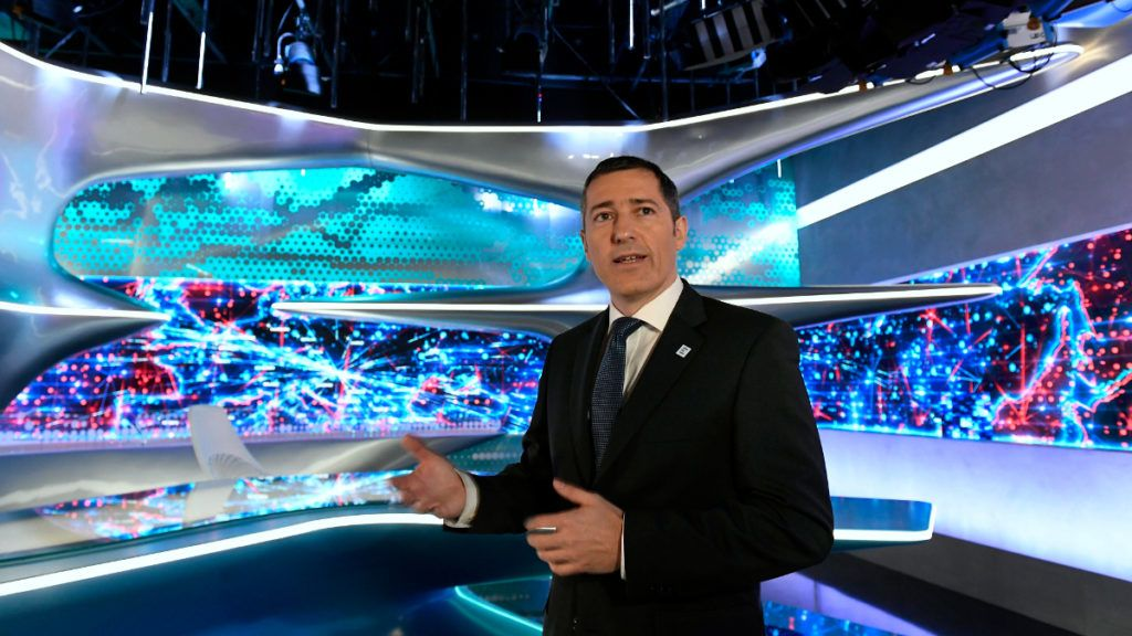 Szikszai Péter vezérigazgató-helyettes beszél az Echo TV fejlesztéseinek hátteréről és a televízió stratégiai céljainak ismertetéséről szóló sajtótájékoztatón a XIV. kerületi Angol utcában, az Echo TV I. emeleti stúdiójában 2017. december 4-én. MTI Fotó: Koszticsák Szilárd