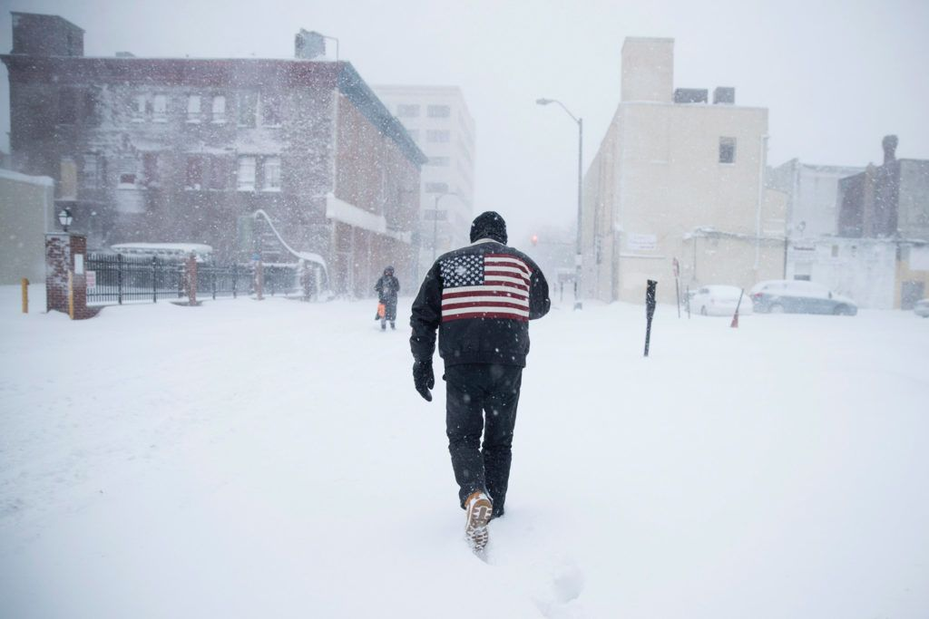 Atlantic City, 2018. január 4.A sűrű hóesésben gyalogol egy férfi a New Jersey állambeli Atlantic City-ben 2018. január 4-én. Az Egyesült Államokban utoljára egy évszázada tapasztalt hideghullám főként az ország középnyugati részét és a keleti partvidéket sújtja. A tartósan fagypont alatti hőmérséklet eddig tizenegy halálos áldozatot szedett Wisconsin, Észak-Dakota, Missouri és Texas szövetségi államokban. (MTI/AP/Matt Rourke)