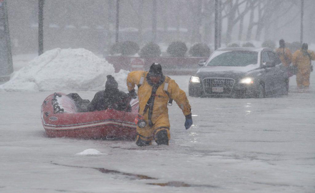 New York, 2018. január 4.Elakadt járművéből kimentett férfit vontat gumicsónakkal egy tűzoltó a jeges vízzel elárasztott utcák egyikén a massachusettsi Bostonban 2018. január 4-én. Az Egyesült Államokban utoljára egy évszázada tapasztalt hideghullám főként az ország középnyugati részét és a keleti partvidéket sújtja. A tartósan fagypont alatti hőmérséklet eddig tizenegy halálos áldozatot szedett Wisconsin, Észak-Dakota, Missouri és Texas szövetségi államokban. (MTI/EPA/John Cetrino)