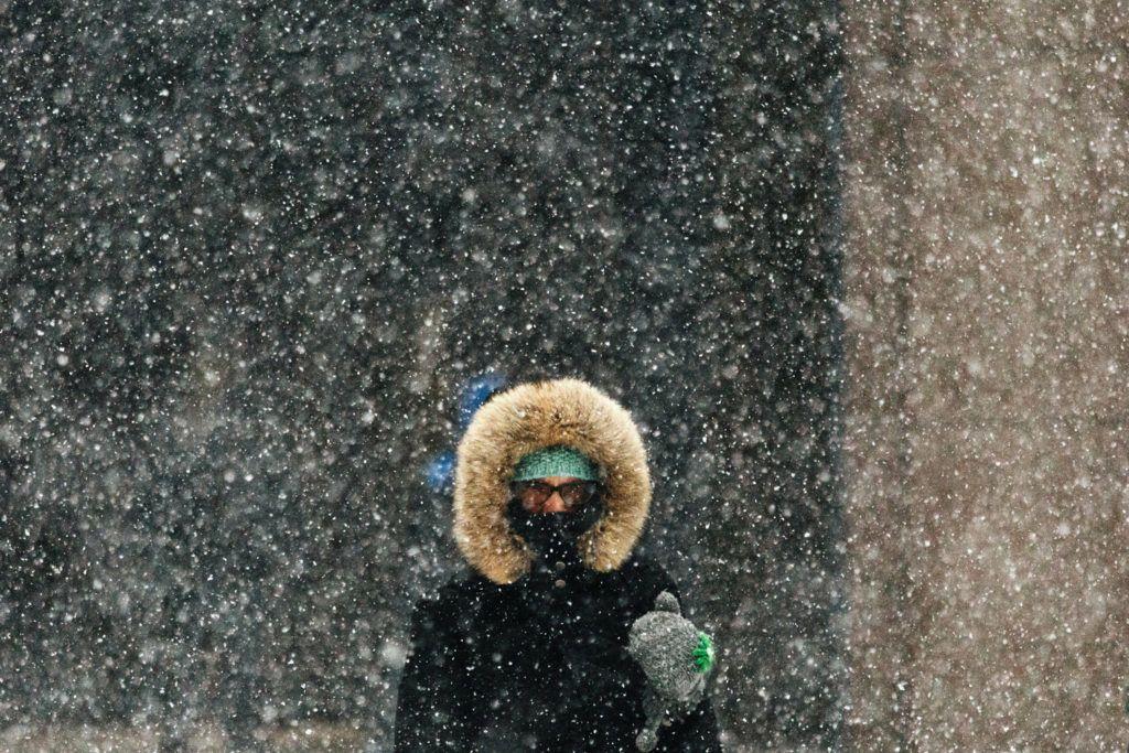 New York, 2018. január 4.Gyalogos a sűrű hóesésben New Yorkban 2018. január 4-én. Az Egyesült Államokban utoljára egy évszázada tapasztalt hideghullám főként az ország középnyugati részét és a keleti partvidéket sújtja. A tartósan fagypont alatti hőmérséklet eddig tizenegy halálos áldozatot szedett Wisconsin, Észak-Dakota, Missouri és Texas szövetségi államokban. (MTI/EPA/Alba Vigaray)