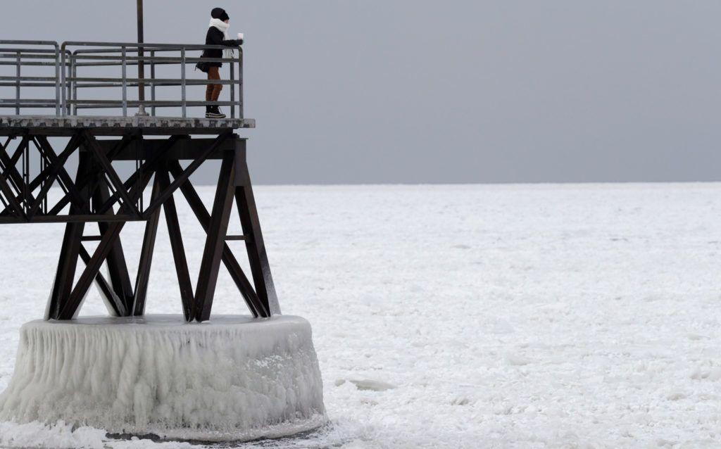 Cleveland, 2018. január 3.A befagyott Erie-tavat nézi egy nő az ohiói Cleveland közelében 2018. január 3-án. Az Egyesült Államok északi részén a hőmérséklet tartósan fagypont alatti. (MTI/AP/Tony Dejak)