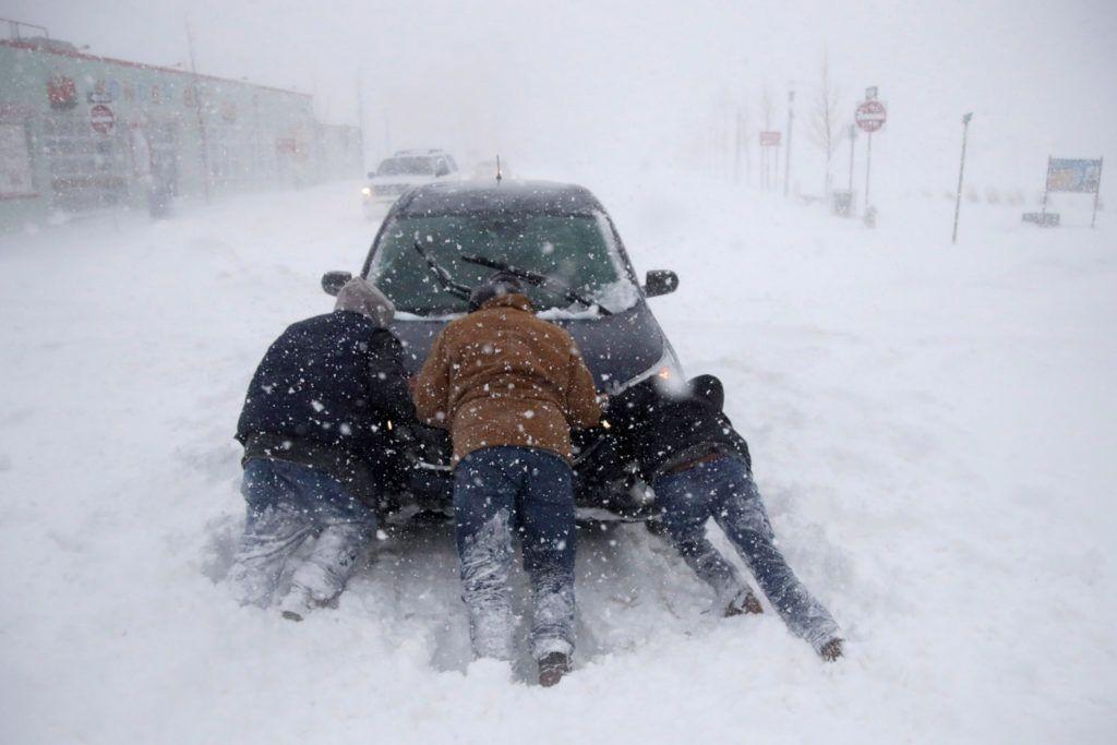 Asbury Park, 2018. január 4.Hóban rekedt autót tolnak férfiak a New Yersey-i Asbury Park városban 2018. január 4-én. Az Egyesült Államokban utoljára egy évszázada tapasztalt hideghullám főként az ország középnyugati részét és a keleti partvidéket sújtja. A tartósan fagypont alatti hőmérséklet eddig tizenegy halálos áldozatot szedett Wisconsin, Észak-Dakota, Missouri és Texas szövetségi államokban. (MTI/AP/Julio Cortez)