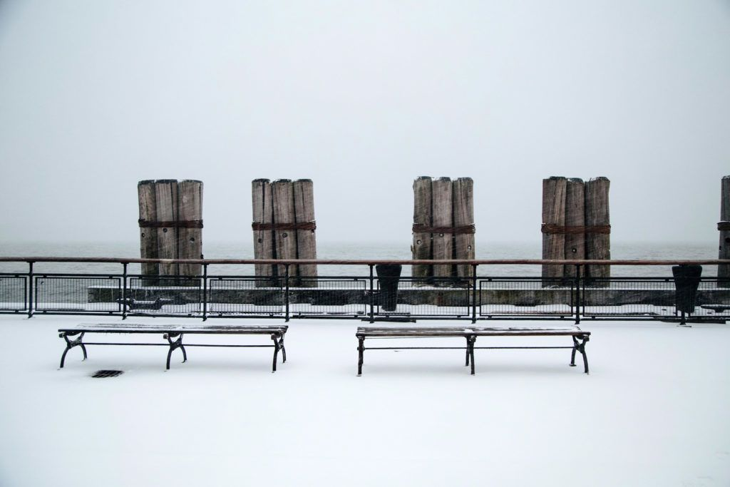 New York, 2018. január 4.Hólepte óceánparti sétány a New York-i Battery Parkban 2018. január 4-én. Az Egyesült Államokban utoljára egy évszázada tapasztalt hideghullám főként az ország középnyugati részét és a keleti partvidéket sújtja. A tartósan fagypont alatti hőmérséklet eddig tizenegy halálos áldozatot szedett Wisconsin, Észak-Dakota, Missouri és Texas szövetségi államokban. (MTI/EPA/Alba Vigaray)