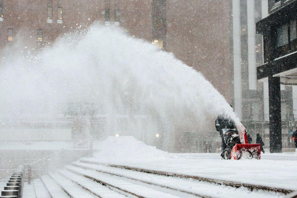 New York, 2018. január 4.Kézi hóekével hányják a havat egy épület előtt New Yorkban 2018. január 4-én. Az Egyesült Államokban utoljára egy évszázada tapasztalt hideghullám főként az ország középnyugati részét és a keleti partvidéket sújtja. A tartósan fagypont alatti hőmérséklet eddig tizenegy halálos áldozatot szedett Wisconsin, Észak-Dakota, Missouri és Texas szövetségi államokban. (MTI/EPA/Alba Vigaray)