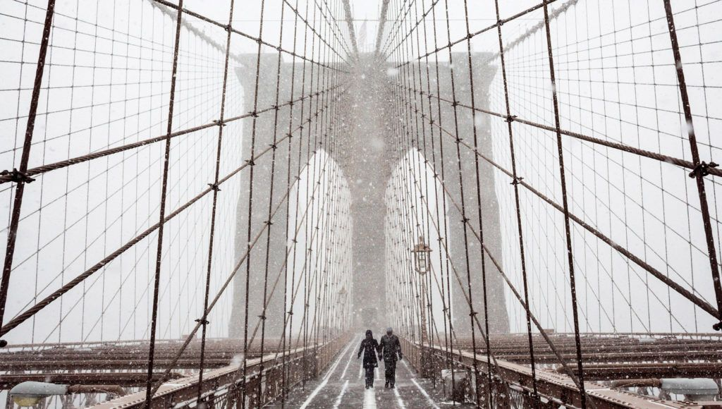 New York, 2018. január 4.Gyalogosok a havazásban a New York-i Brooklyn hídon 2018. január 4-én. Az Egyesült Államokban utoljára egy évszázada tapasztalt hideghullám főként az ország középnyugati részét és a keleti partvidéket sújtja. A tartósan fagypont alatti hőmérséklet eddig tizenegy halálos áldozatot szedett Wisconsin, Észak-Dakota, Missouri és Texas szövetségi államokban. (MTI/EPA/Justin Lane)