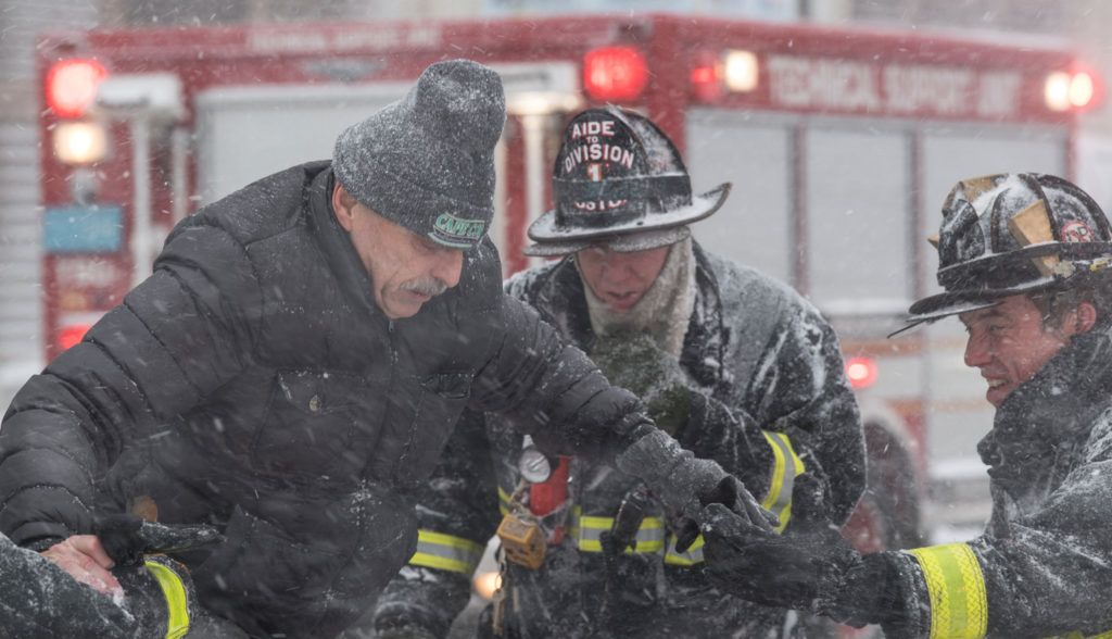 New York, 2018. január 4.Elakadt járművéből mentenek ki egy férfit tűzoltók a jeges vízzel elárasztott utcák egyikén a massachusettsi Bostonban 2018. január 4-én. Az Egyesült Államokban utoljára egy évszázada tapasztalt hideghullám főként az ország középnyugati részét és a keleti partvidéket sújtja. A tartósan fagypont alatti hőmérséklet eddig tizenegy halálos áldozatot szedett Wisconsin, Észak-Dakota, Missouri és Texas szövetségi államokban. (MTI/EPA/John Cetrino)