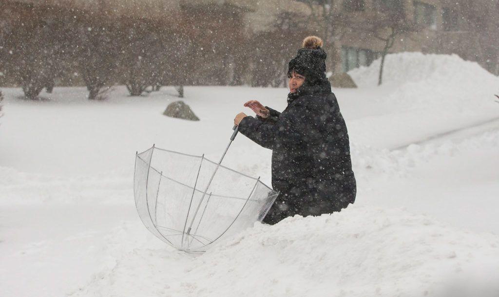 Revere,  2018. január 5.Hóesésben gyalogló nő a massachusettsi Revere városban 2018. január 4-én. Az Egyesült Államok számos tagállamában havazik, hurrikánerejű szél és sarkvidéki hideg tombol. (MTI/EPA/CJ Gunther)