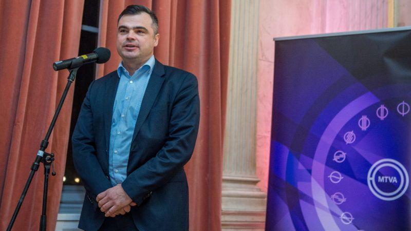 Vaszily Miklós, a Médiaszolgáltatás-támogató és Vagyonkezelő Alap (MTVA) vezérigazgatója beszédet mond a Mária Terézia című kétrészes minisorozat werkfilmje bemutatóján a Magyar Rádió Márványtermében 2017. december 18-án. Január 5-én és 6-án tűzi műsorra a Duna Televízió a magyar, a szlovák, a cseh és az osztrák közmédia által közösen készített alkotást. A Mária Terézia születésének 300. évfordulója alkalmából készített filmet Miroslava Zlatníková forgatókönyve alapján az Egyesült Államokban élő, temesvári születésű Robert Dornhelm rendezte. MTI Fotó: Balogh Zoltán