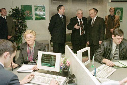 TAS 21. MOSCOW,RUSSIA. November 12 Russian President Vladimir Putin (standing at right in the background) pictured visiting one of Moscow's savings banks in connection with the 160th anniversary of foundation of savings banks in Russia, on Monday afternoon (Photo ITAR-TASS/ Alexey Panov) ----- ÒÀÑ 39 Ðîññèÿ, Ìîñêâà, 12 íîÿáðÿ. Ïðåçèäåíò Ðîññèè Âëàäèìèð Ïóòèí ñåãîäíÿ ïîñåòèë îäíî èç îòäåëåíèé Ñáåðáàíêà è ïîçäðàâèë âñåõ ðàáîòíèêîâ ñî 160-ëåòèåì ñî äíÿ îñíîâàíèÿ ñáåðåãàòåëüíûõ êàññ. Íà ñíèìêå: Âëàäèìèð Ïóòèí (íà ñíèìêå ñïðàâà) â îïåðàöèîííîì çàëå ïî îáñëóæèâàíèþ þðèäè÷åñêèõ ëèö. Ôîòî Àëåêñåÿ Ïàíîâà (ÈÒÀÐ-ÒÀÑÑ)