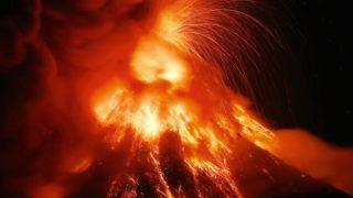 Legazpi, 2018. január 23. Izzó lávát és vulkáni hamut bocsát ki a Mayon tûzhányó a Fülöp-szigeteki fõvárostól, Manilától délkeletre fekvõ Legazpi városból nézve 2018. január 23-án. A vulkán hat kilométeres körzetében élõ mintegy 26 ezer embert evakuálták, az ötfokozatú skálán jelenleg négyes szintû riasztás van érvényben. (MTI/AP/Bullit Marquez)