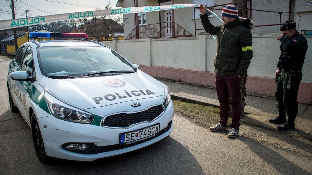 Policemen stand guard at the crime scene where Slovak investigative journalist Jan Kuciak and his girlfriend Marina Kusnirova were murdered in Velka Maca, some 50 km from Bratislava, Slovakia, on February 26, 2018. / AFP PHOTO / VLADIMIR SIMICEK