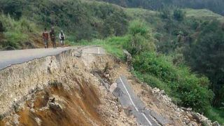 This photo taken on February 27, 2018 and received on February 28 shows damage to a road near Mendi in Papua New Guinea's highlands region after a 7.5-magnitude earthquake. Communication blackouts and blocked roads were hampering rescue efforts on February 28 as Papua New Guinea worked to get a better grasp of the damage wrought by a massive earthquake amid fears of its economic impact. / AFP PHOTO / Melvin LEVONGO