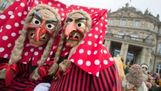"""Fools dressed in """"Donaueschinger Schellenberghexen"""" carnival witch costumes arrive for a state reception of Baden-Wuerttemberg's State Premier in Stuttgart, southern Germany, on February 7, 2018. / AFP PHOTO / dpa / Marijan Murat / Germany OUT"""