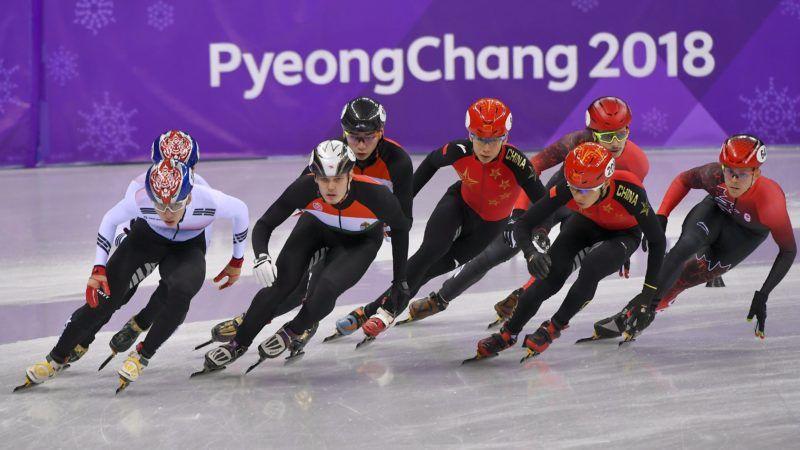 Kangnung, 2018. február 22. Knoch Viktor (elöl b2), mögötte Liu Shaolin Sándor (b3) a férfi rövidpályás gyorskorcsolyázók 5000 méteres váltóversenyében a phjongcshangi téli olimpián a Kangnung Jégcsarnokban 2018. február 22-én. A magyar válogatott gyõzött, ezzel  megszerezte Magyarország történetének elsõ téli olimpiai elsõségét, amely 1980 óta az elsõ dobogós helyezés. MTI Fotó: Czeglédi Zsolt
