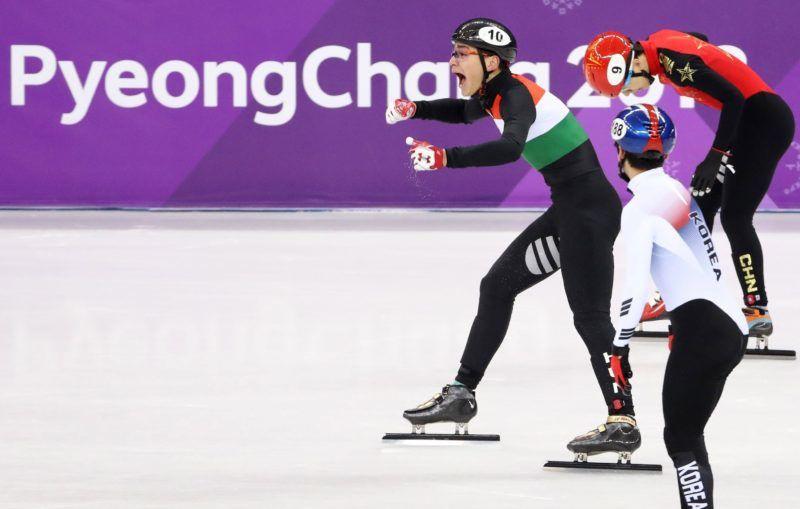 Kangnung, 2018. február 22. Liu Shaolin Sándor a magyar csapat utolsó tagjaként a kínai Han Tien-jüt (j) és a dél-koreai Kvak Jun Git (k) megelõzve elsõként ér célba a férfi rövidpályás gyorskorcsolyázók 5000 méteres váltóversenyében, a phjongcshangi téli olimpián a Kangnung Jégcsarnokban 2018. február 22-én. (MTI/EPA/Taccjana Zenkovics)