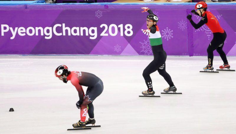 Kangnung, 2018. február 22. Liu Shaolin Sándor a kínai Han Tien-jü (j) és a kanadai Charles Hamelin (b) között, miután a magyar csapat utolsó tagjaként elsõként ért célba a férfi rövidpályás gyorskorcsolyázók 5000 méteres váltóversenyében, a phjongcshangi téli olimpián a Kangnung Jégcsarnokban 2018. február 22-én. (MTI/EPA/Taccjana Zenkovics)