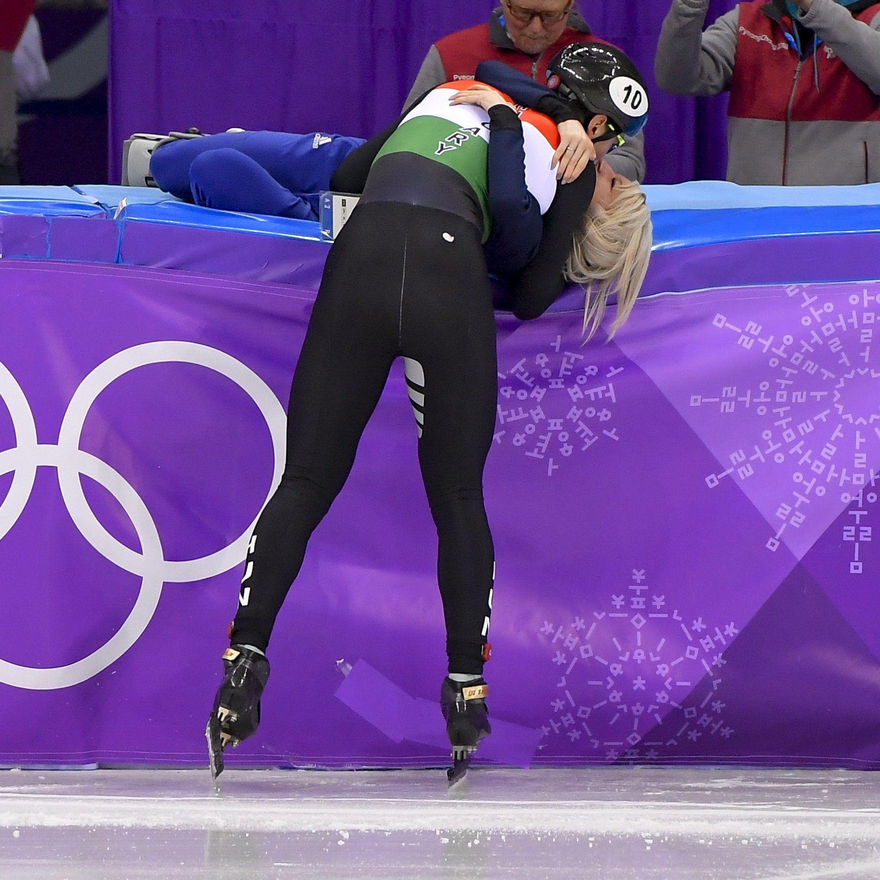 Kangnung, 2018. február 22. Liu Shaolin Sándor megöleli barátnõjét, a brit Elise Christie-t, miután a magyar csapat utolsó tagjaként elsõként ért célba a férfi rövidpályás gyorskorcsolyázók 5000 méteres váltóversenyében, a phjongcshangi téli olimpián a Kangnung Jégcsarnokban 2018. február 22-én. MTI Fotó: Czeglédi Zsolt