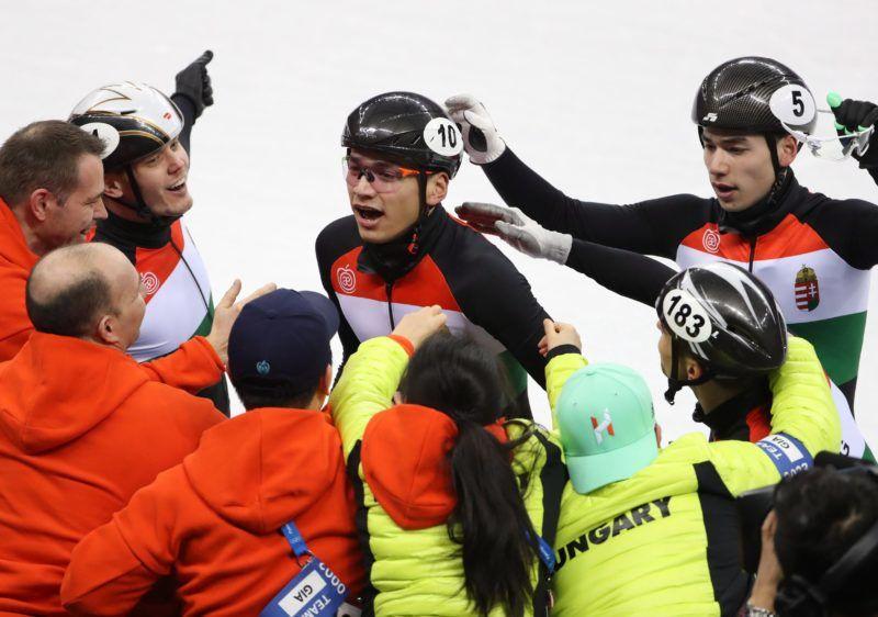 Kangnung, 2018. február 22. Liu Shaolin Sándor (b) és az öccse, Liu Shaoang a csapat tagjaival, miután Magyarország aranyérmet nyert a férfi rövidpályás gyorskorcsolyázók 5000 méteres váltóversenyében, a phjongcshangi téli olimpián a Kangnung Jégcsarnokban 2018. február 22-én. (MTI/EPA/Taccjana Zenkovics)