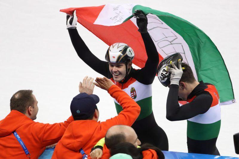 Kangnung, 2018. február 22. Burján Csaba (j) és Knoch Viktor, miután a magyar csapat aranyérmet nyert a férfi rövidpályás gyorskorcsolyázók 5000 méteres váltóversenyében, a phjongcshangi téli olimpián a Kangnung Jégcsarnokban 2018. február 22-én. (MTI/EPA/Taccjana Zenkovics)