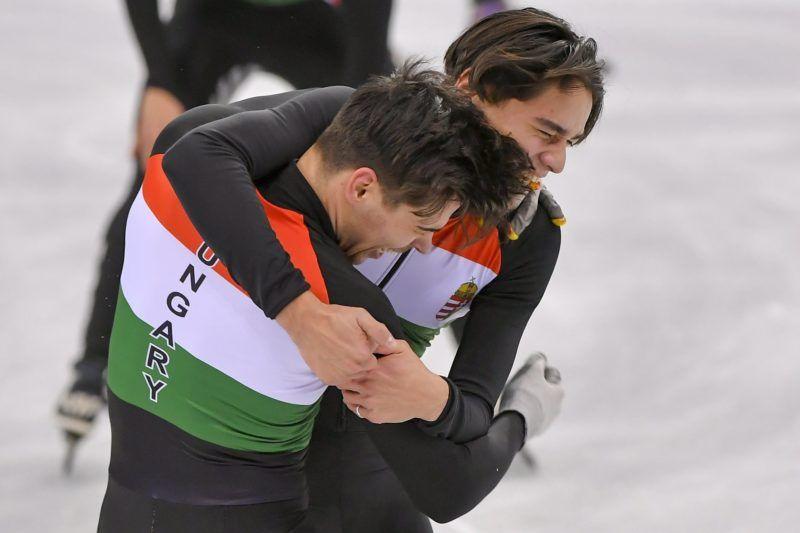 Kangnung, 2018. február 22. Burján Csaba (b) és Liu Shaolin Sándor, a gyõztes magyar válogatott tagjai összeölelkeznek a phjongcshangi téli olimpia férfi 5000 méteres váltó rövidpályás gyorskorcsolyaversenye után a Kangnung Jégcsarnokban 2018. február 22-én. Ez Magyarország történetének elsõ téli olimpiai elsõsége, és 1980 óta az elsõ dobogós helyezése. MTI Fotó: Czeglédi Zsolt