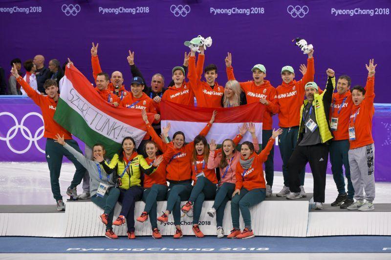 Kangnung, 2018. február 22. Fent: Knoch Viktor (j8), Burján Csaba (j7), Liu Shaolin Sándor (j5) és Liu Shaoang (j4), az 5000 méteres férfi váltó rövidpályás gyorskorcsolyaverseny aranyérmesei a phjongcshangi téli olimpia eredményhirdetése után a Kangnung Jégcsarnokban 2018. február 22-én. Ez Magyarország történetének elsõ téli olimpiai elsõsége, és 1980 óta az elsõ dobogós helyezése. Fent középen Kósa Lajos, a Magyar Országos Korcsolyázó Szövetség elnöke, a megyei jogú városok fejlesztéséért felelõs tárca nélküli miniszter (j9), és Bánhidi Ákos sportágvezetõ (j3). Elöl a nõi váltó tagjai: Jászapáti Petra (j1), Bácskai Sára Luca (j2), KeszlerAndrea (j4) és Kónya Zsófia (b3), valamint Csang Csing (Zhang Jing) vezetõedzõ (b2). MTI Fotó: Czeglédi Zsolt