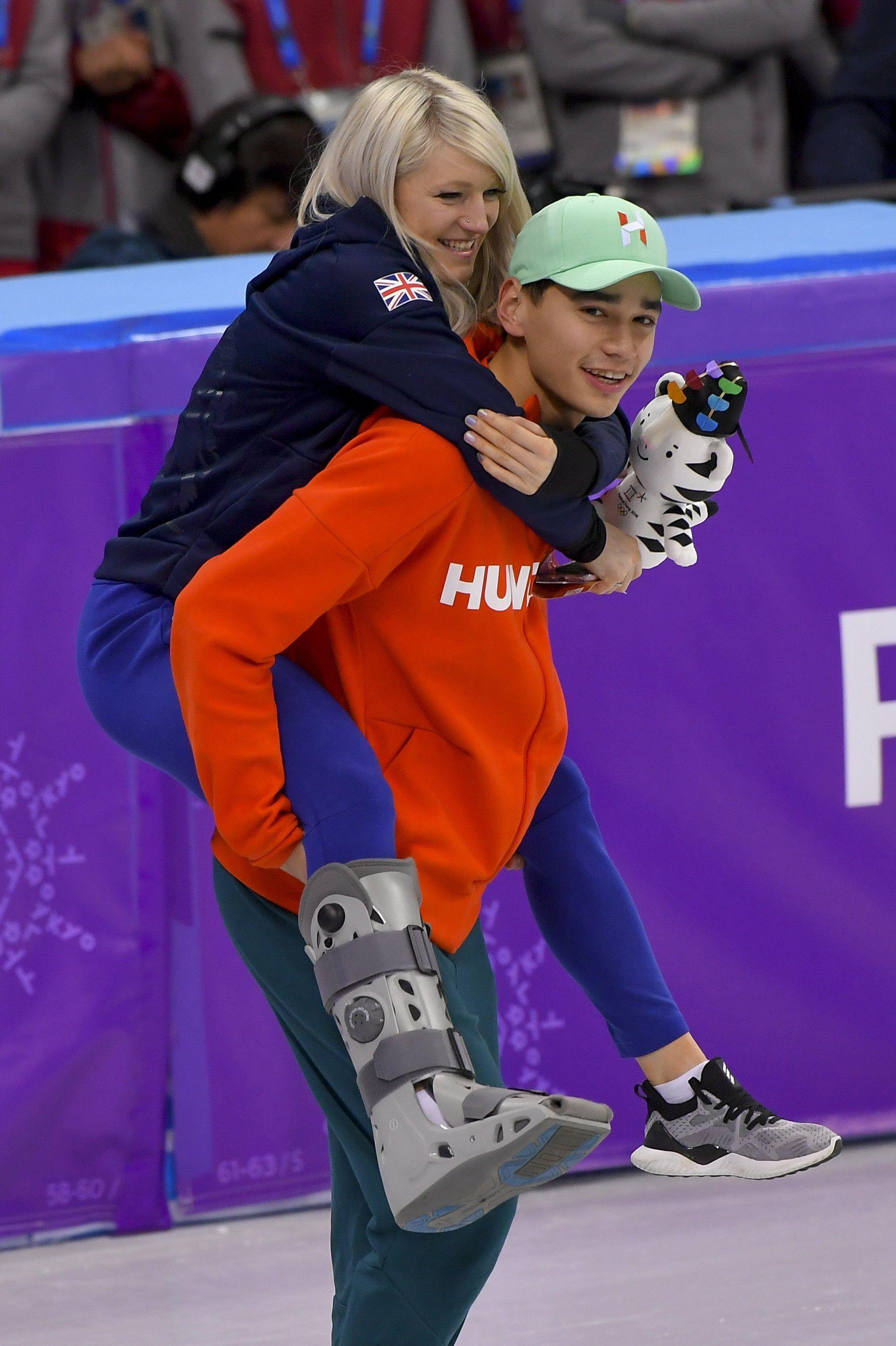 Kangnung, 2018. február 22. Liu Shaolin Sándor, a gyõztes magyar válogatott tagja, és barátnõje, a brit Elise Christie a phjongcshangi téli olimpia férfi 5000 méteres váltó rövidpályás gyorskorcsolyaversenyének eredményhirdetése után a Kangnung Jégcsarnokban 2018. február 22-én. Ez Magyarország történetének elsõ téli olimpiai elsõsége, és 1980 óta az elsõ dobogós helyezése. MTI Fotó: Czeglédi Zsolt