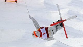 Canada's Mikael Kingsbury jumps during the men's moguls qualification of the PyeongChang Winter Olympics at the Phoenix Snow Park in Pyeongchang, South Korea on Feb.9, 2018. Kingsbury placed 1st and advanced to the final.( The Yomiuri Shimbun )