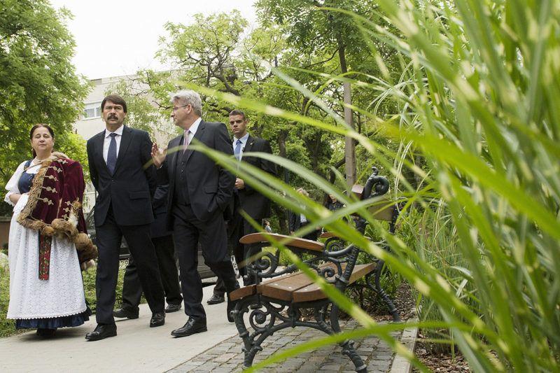 Jászberény, 2014. május 31.Áder János köztársasági elnök (k) sétál Jászberény belvárosában Szabó Tamás polgármester (j) társaságában Lehel vezér szobrának avatóünnepsége után 2014. május 31-én.MTI Fotó: Koszticsák Szilárd