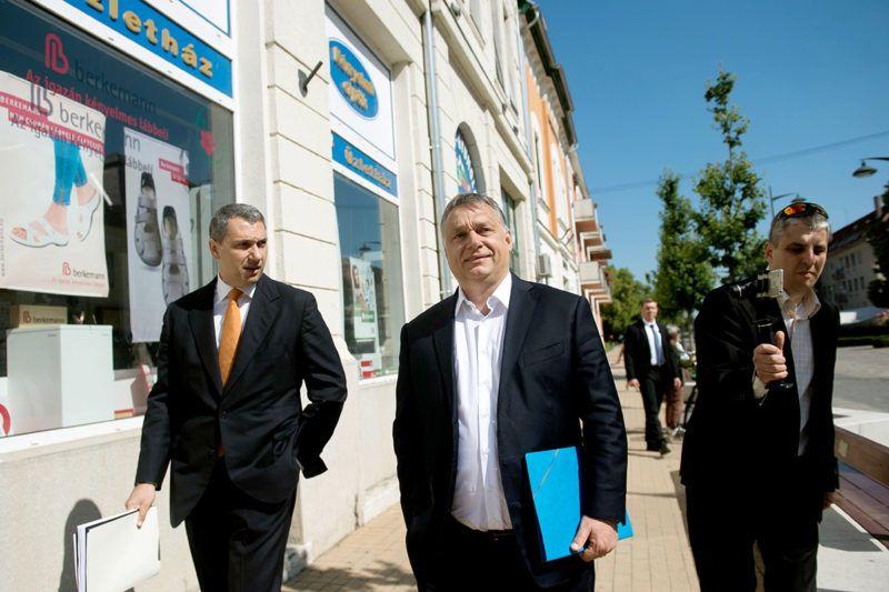 Hódmezővásárhely, 2017. május 26.Orbán Viktor miniszterelnök (k) és Lázár János, a Miniszterelnökséget vezető miniszter (b) érkezik a hódmezővásárhelyi polgármesteri hivatalhoz 2017. május 26-án. Orbán Viktor a Modern városok program keretében látogatott el Hódmezővásárhelyre, ahol Almási István (Fidesz-KDNP) polgármesterrel aláírja a kormány és Hódmezővásárhely közötti együttműködési megállapodást.MTI Fotó: Koszticsák Szilárd