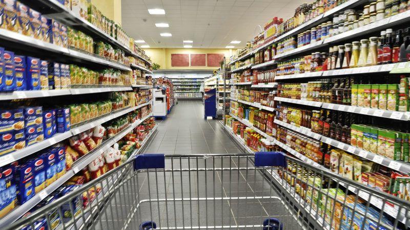 Leerer Einkaufswagen im Supermarkt
