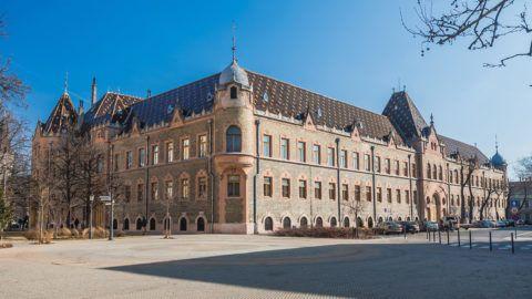 Kecskemét, 2017. február 12.A Városháza hátsó, Lechner Ödön utca felőli homlokzata. A főhomlokzat a Kossuth tér 1. szám alatt található. Az épület 1893 és 1897 között épült, szecessziós stílusban, melynek tervezője Lechner Ödön és Pártos Gyula.MTVA/Bizományosi: Faludi Imre ***************************Kedves Felhasználó!Ez a fotó nem a Duna Médiaszolgáltató Zrt./MTI által készített és kiadott fényképfelvétel, így harmadik személy által támasztott bárminemű – különösen szerzői jogi, szomszédos jogi és személyiségi jogi – igényért a fotó készítője közvetlenül maga áll helyt, az MTVA felelőssége e körben kizárt.
