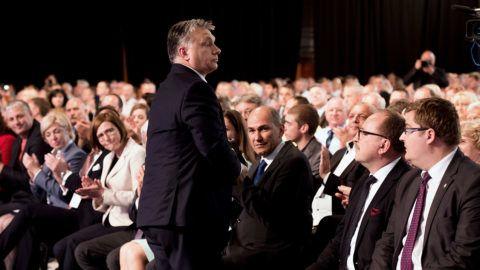 Maribor, 2017. május 20.Orbán Viktor miniszterelnök (b) a Szlovén Demokrata Párt (SDS) kongresszusán Mariborban 2017. május 20-án. Az első sorban Janez Jansa volt szlovén miniszterelnök, az SDS elnöke (j3), Németh Zsolt, az Országgyűlés külügyi bizottságának elnöke (j2) és Nagy János, a Miniszterelnöki Programirodát vezető államtitkár (j).MTI Fotó: Koszticsák Szilárd
