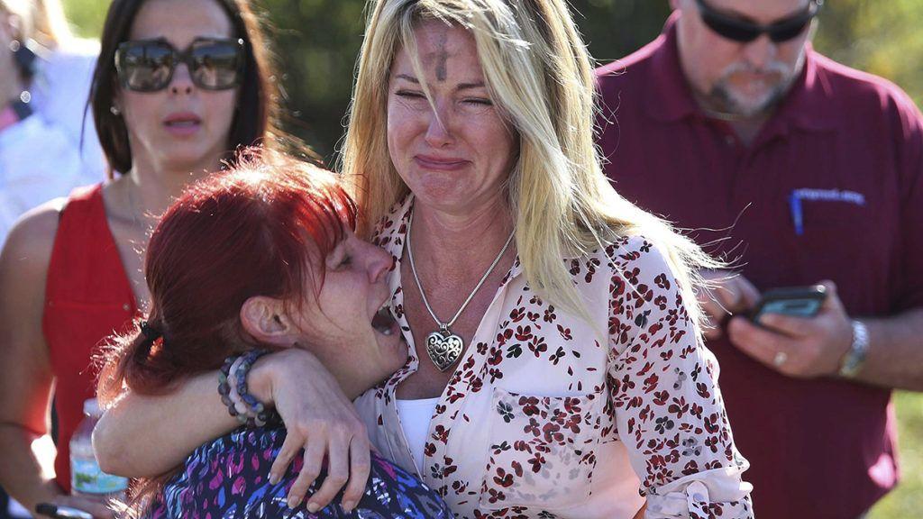 Parkland, 2018. február 15.Aggódó szülők várnak hírekre Parklandben 2018. február 14-én, miután a floridai város középiskolájának egyik volt tanulója lövöldözött az intézményben és megölt legalább tizenhét személyt. Tizenhatan megsebesültek. (MTI/AP/Joel Auerbach)
