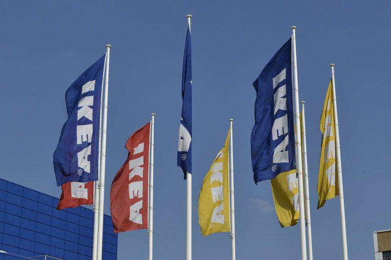 Budapest, 2016. március 17.Céges zászlók lobognak az IKEA az első magyarországi áruháza előtt a főváros XIV. kerületében, az Örs vezér terén. A multinacionális bútorkereskedelmi hálózat áruháza 1990. március 21-én nyílt meg a Sugár üzletközpont mellett.MTVA/Bizományosi: Róka László ***************************Kedves Felhasználó!Ez a fotó nem a Duna Médiaszolgáltató Zrt./MTI által készített és kiadott fényképfelvétel, így harmadik személy által támasztott bárminemű – különösen szerzői jogi, szomszédos jogi és személyiségi jogi – igényért a fotó készítője közvetlenül maga áll helyt, az MTVA felelőssége e körben kizárt.