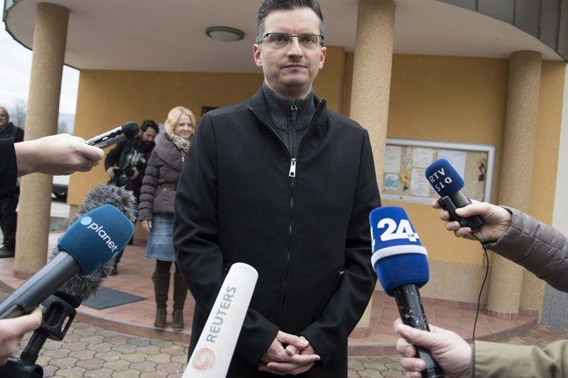 Smarca-Kamnik, 2017. november 12.Marjan Sarec, Kamnik polgármestere, független államfőjelölt nyilatkozik a sajtónak, miután leadta szavazatát a szlovén elnökválasztás második fordulójában Smarca-Kamnikban 2017. november 12-én. (MTI/EPA/Igor Kupljenik)