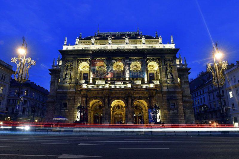 Budapest, 2017. december 5.A Magyar Állami Operaház esti díszkivilágításban az Andrássy úton 2017. november 26-án.MTI Fotó: Máthé Zoltán