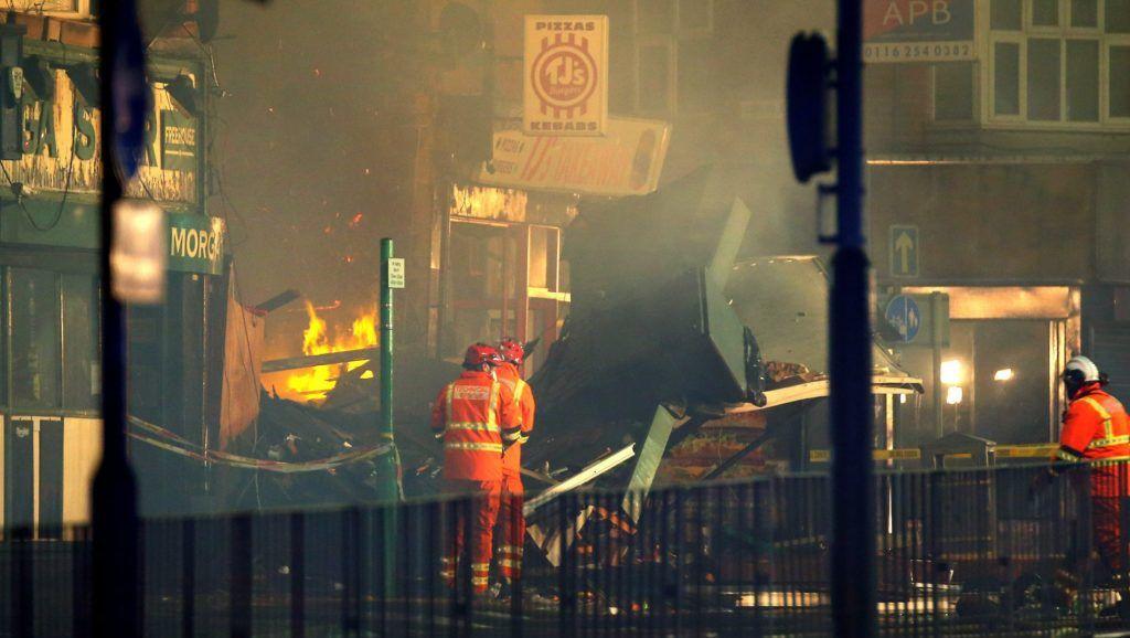 Leicester, 2018. február 26. Tûzoltók a közép-angliai Leicesterben történt robbanás helyszínén 2018. február 25-én. Helyszíni beszámolók szerint egy vegyesbolt kigyulladt és teljesen összeomlott. A helyszínrõl négy sérültet vittek kórházba, a rendõrség szerint nincsenek terrorcselekményre utaló jelek. (MTI/EPA/Tim Keeton)