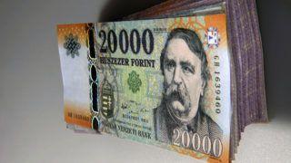 Debrecen, 2016. január 4.Egy megújított húszezer forintos bankjegy egy bankjegy kötegen.  Magyarország ma is hivatalos fizetőeszközét, a forintot, 70 évvel ezelőtt, 1946. augusztus elsején vezették be. A pengőt felváltó új pénz nevét I. Károly történelmi aranyforintjáról kapta. MTVA/Bizományosi: Oláh Tibor ***************************Kedves Felhasználó!Ez a fotó nem a Duna Médiaszolgáltató Zrt./MTI által készített és kiadott fényképfelvétel, így harmadik személy által támasztott bárminemű – különösen szerzői jogi, szomszédos jogi és személyiségi jogi – igényért a fotó készítője közvetlenül maga áll helyt, az MTVA felelőssége e körben kizárt.