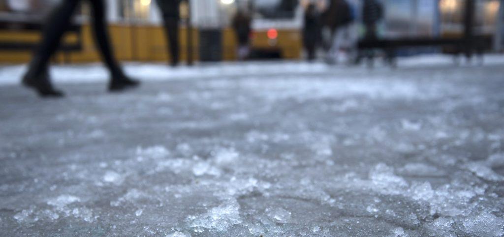 Budapest, 2017. február 1. Az ónos esõ miatt síkossá vált járda Budapesten, a Móricz Zsigmond körtéren. MTVA/Bizományosi: Turbéky Eszter  *************************** Kedves Felhasználó! Ez a fotó nem a Duna Médiaszolgáltató Zrt./MTI által készített és kiadott fényképfelvétel, így harmadik személy által támasztott bárminemû – különösen szerzõi jogi, szomszédos jogi és személyiségi jogi – igényért a fotó készítõje közvetlenül maga áll helyt, az MTVA felelõssége e körben kizárt.