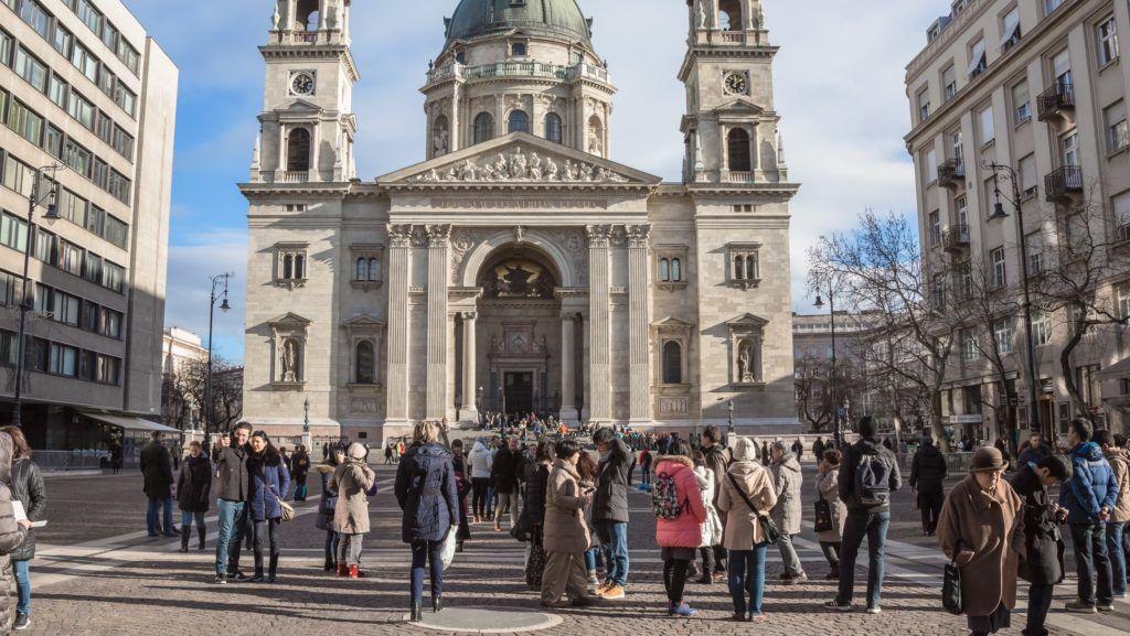 Budapest, 2018. január 4.  Turisták sétálnak a Szent István Bazilika épülete elõtt az V. kerületi Szent István téren. MTVA/Bizományosi: Faludi Imre  *************************** Kedves Felhasználó! Ez a fotó nem a Duna Médiaszolgáltató Zrt./MTI által készített és kiadott fényképfelvétel, így harmadik személy által támasztott bárminemû – különösen szerzõi jogi, szomszédos jogi és személyiségi jogi – igényért a fotó készítõje közvetlenül maga áll helyt, az MTVA felelõssége e körben kizárt.