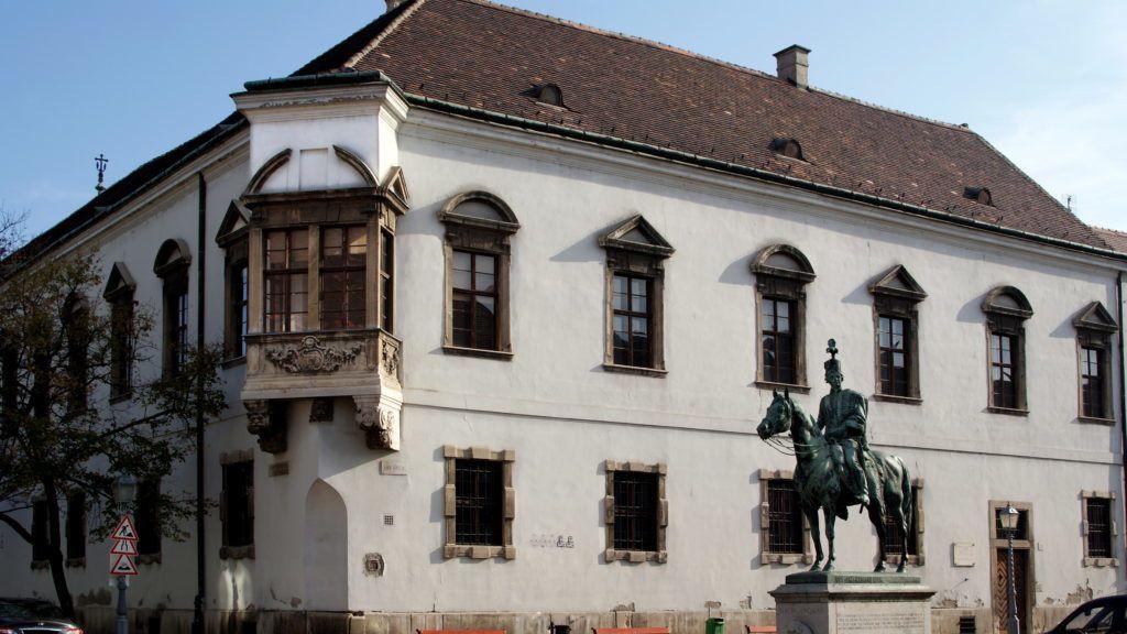 Budapest, 2013. október 29. Gróf Hadik András tábornagy, Buda vára egykori parancsnokának lovasszobra, ifj. Vastagh György szobrászmûvész 1937-ben felavatott alkotása a régi Városháza barokk stílusú, sarokerkélyes mûemlék épülete mellett az Úri utcában, a fõváros I. kerületében. MTVA/Bizományosi: Jászai Csaba  *************************** Kedves Felhasználó! Az Ön által most kiválasztott fénykép nem képezi az MTI fotókiadásának, valamint az MTVA fotóarchívumának szerves részét. A kép tartalmáért és a szövegért a fotó készítõje vállalja a felelõsséget.