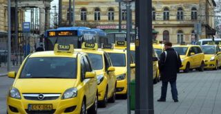Budapest, 2018. január 9. Taxi gépkocsik sora vár utasra a Keleti pályaudvar érkezési oldalánál. MTVA/Bizományosi: Jászai Csaba  *************************** Kedves Felhasználó! Ez a fotó nem a Duna Médiaszolgáltató Zrt./MTI által készített és kiadott fényképfelvétel, így harmadik személy által támasztott bárminemû – különösen szerzõi jogi, szomszédos jogi és személyiségi jogi – igényért a fotó készítõje közvetlenül maga áll helyt, az MTVA felelõssége e körben kizárt.
