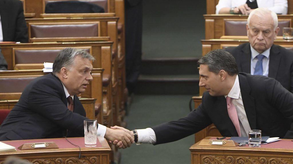 Budapest, 2017. május 8. Orbán Viktor miniszterelnök (b) és Lázár János, a Miniszterelnökséget vezetõ miniszter kezet fog az Országgyûlés plenáris ülésén 2017. május 8-án. Mögöttük Harrach Péter, a Kereszténydemokrata Néppárt frakcióvezetõje. MTI Fotó: Kovács Tamás