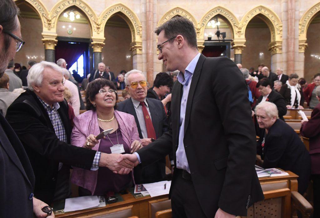 Budapest, 2018. január 25.Karácsony Gergelyt, a Párbeszéd társelnökét, az MSZP és a Párbeszéd miniszterelnök-jelöltjét üdvözlik a résztvevők az Országos Nyugdíjas Parlament második ülésén az Országház Felsőházi termében 2018. január 25-én.MTI Fotó: Kovács Tamás